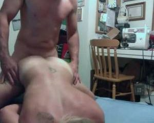 Voor de webcam neukt hij zijn vriendin en komt in haar klaar