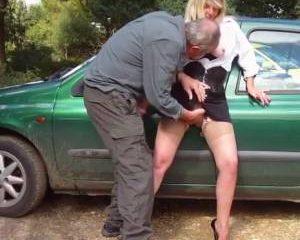 Kutje vingeren vanuit zijn auto