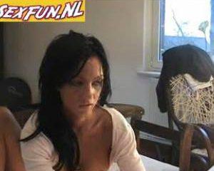 Deze dame is geil en dat laat ze je graag via webcam zien