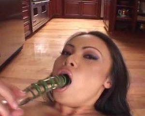 Deze glazen dildo gebruikt het Aziatisch meisje om mee te masturberen