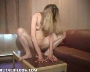 Mager meisje neemt een enorme dildo met gemak