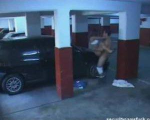 Stel heeft sex in parkeergarage