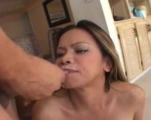 Hij trekt de lul uit haar kont en spuit de sperma op haar mond
