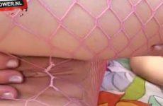 Met haar blote billen en kale kut in een net panty