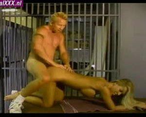 Bewaarder neukt gevangene