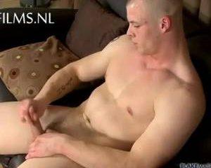 Beer van een jonge kerel doet gay porno auditie