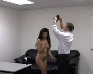 Zwartharig opgewonden meid showt haar geile kont.