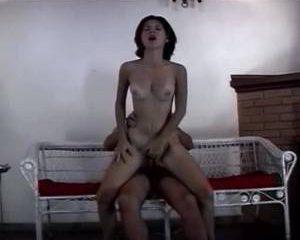 Ze laat zich helemaal onder spuiten met sperma door de vriend van haar man