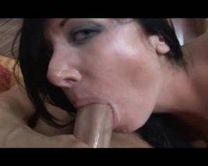 De sperma spat tegen haar mond als hij klaar komt