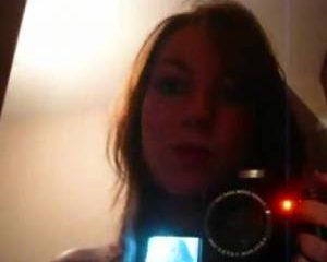 Mooi slank meisje filmt zichzelf voor de spiegel