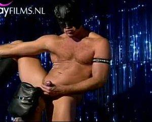 Geile pijp orgie door leathermen op het podium van de gay club