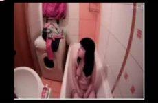 Tijdens het neuken en douchen stiekem gefilmd