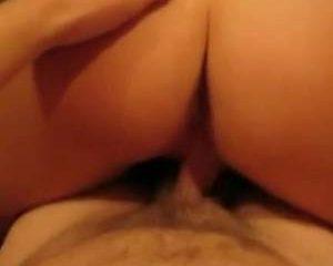 Na de pijp beurt neukt ze hem tot hij in haar klaar komt