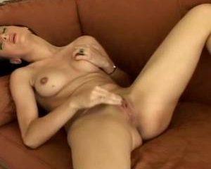 Schokkend en kreunend krijgt het meisje een orgasme