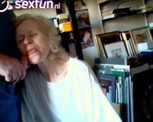 Hij filmt hoe de oma zijn stijve lul pijpt