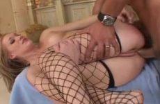 Hard anal neukend komt hij in haar anus klaar