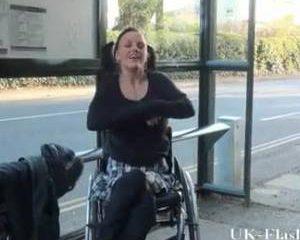 Meisje in rolstoel laat in het openbaar haar kut en tieten zien