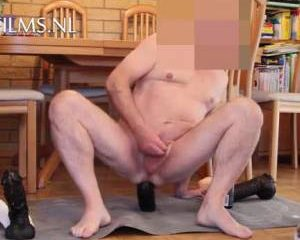 Zijn hele verzameling bick cock dildos verdwijnt anaal