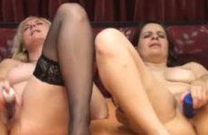 Twee oudere lesbische vrouwen mastuberen voor de webcam