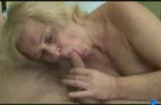 Huishoudster pijpt haar baas terwijl hij ligt te slapen
