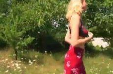Patricia buiten met haar dikke tieten aan het spelen