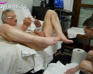 Homo kontje geneukt met hele voet