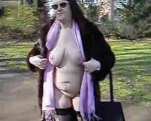 Oma staat naakt op straat