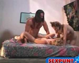 Mister macho verleid tiener meisjes tot sex trio.