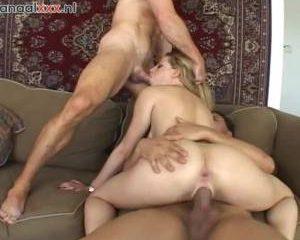 Tegelijk word haar kut en anus gepenetreerd door twee grote lullen