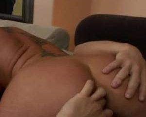 Zij pijpt hij beft en vingert haar anal