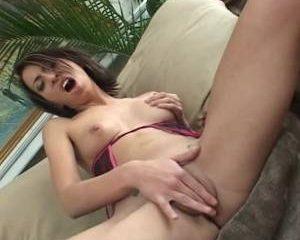 Vingerend in sexy lingerie krijgt ze een orgasme