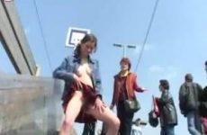 Jong meisje plast in het openbaar