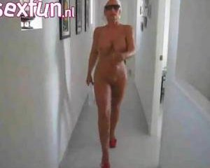 Tijdens haar vakantie filmt haar man zijn naakte vrouw