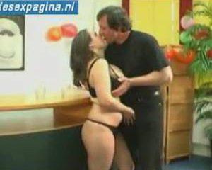 Oude man betast vrouw met enorme borsten