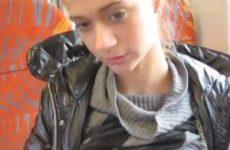 In de trein laat dit tiener meisje haar tietjes en kale kutje zien