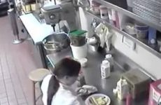 Ze stopt de hotdog in haar kut en brengt hem naar de klant