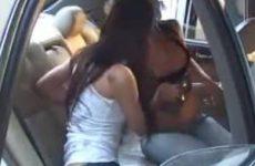Twee lekker dames kussen en tongen met elkaar