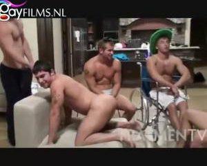 Orgie in een studentenhuis vol mooie jongens