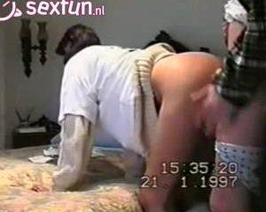 Hij vult de billen van zijn vrouw met sperma terwijl zijn camera draait