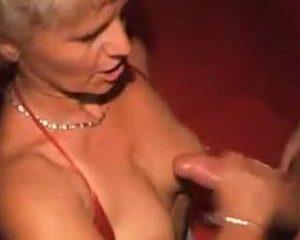 In een sex bioscoop pijpt de geile milf drie mannen en laat ze zich ne...