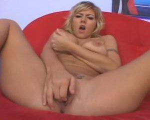 Geile rijpe blondine mastubeerd tot ze een orgasme krijgt