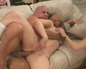 In deze trio sex neukt de oudere man twee bisex tiener miesjes