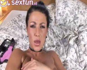 Lesbische geile teef vingert haar soppende kut