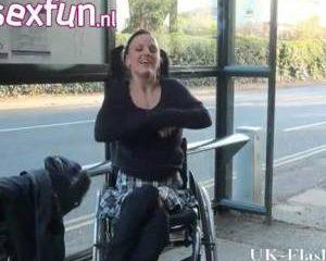 Gehandicapte geile slet flashed haar kale kutje vanuit haar rolstoel