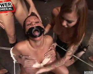 De mond van de slaaf wordt overspoelt met sperma