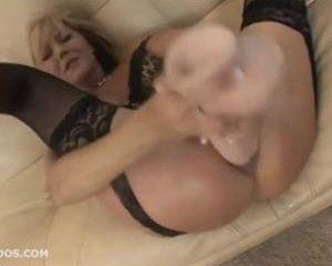 Sexy blonde milf neemt een grote dildo