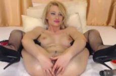 Blonde webcam babe kan haar eigen anus vuistneuken