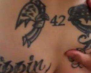Roodharige met tepel piercing en tattoo hard geneukt