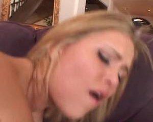 Hij krijgt een pijp beurt zij word geneukt in haar kut en anus