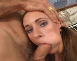 Haar kutje word gelikt waarna zij hem pijpt